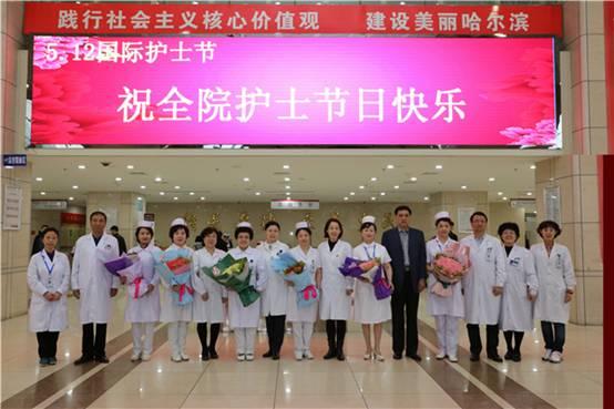 3院领导为护士献花
