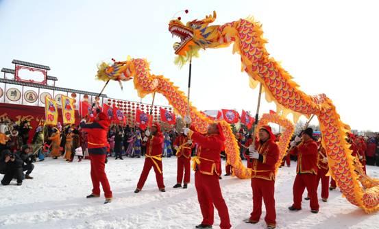 璦琿上元節上表演的秧歌和舞龍現場擠滿了各地遊客(張輝 攝)2