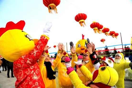 璦琿上元節愛輝區青少年活動中心在現場開展寒假親子互動遊戲(張輝 攝)2